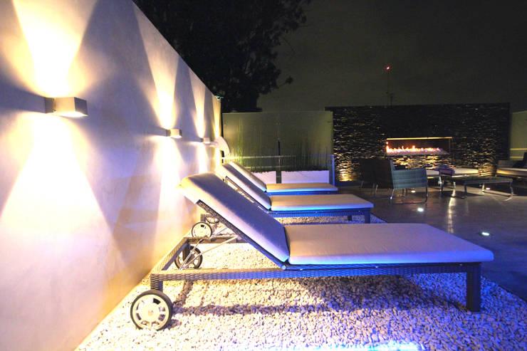 White Stone: Salas de estilo  por STUDIO COCOONS