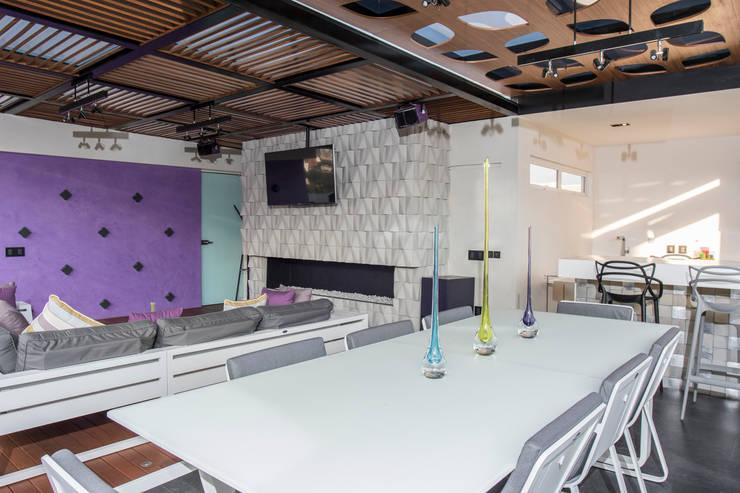 Cubic White: Salas multimedia de estilo  por STUDIO COCOONS