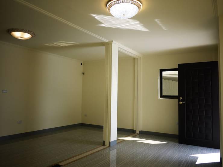 Pasillos y recibidores de estilo  por 築地岩移動宅