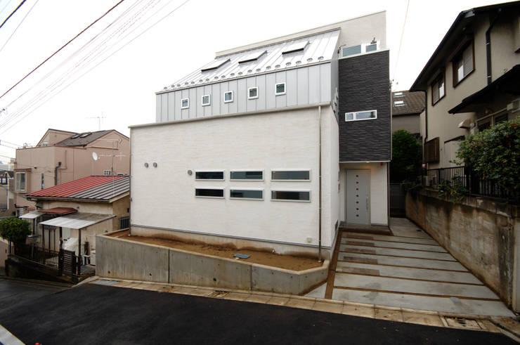 3つの天窓のある家: 前田敦計画工房が手掛けた家です。