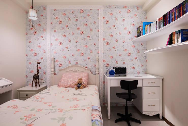 花朵紛飛 女孩房:  臥室 by 趙玲室內設計