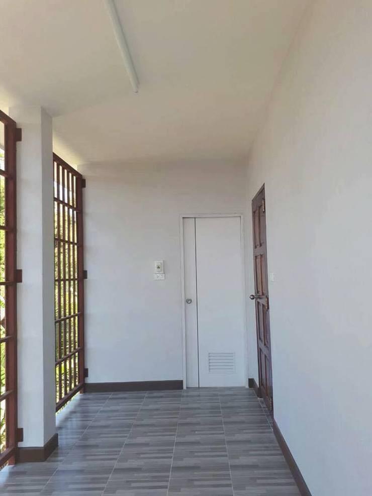 บ้าน 2 ชั้น 3 ห้องนอน 2 ห้องน้ำ 1 โถง 1 ครัว:   by Pichapat Prohouse