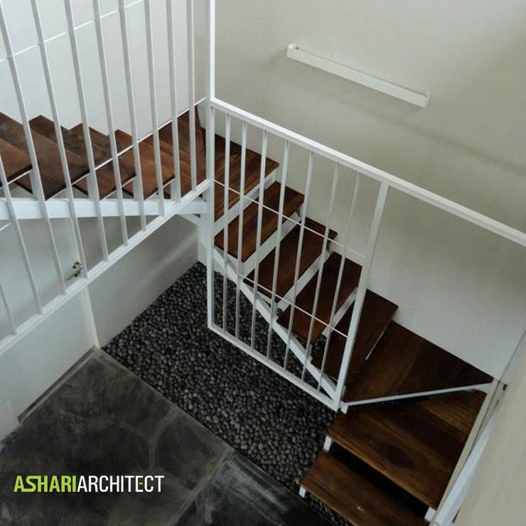 Salendro House:  Koridor dan lorong by Ashari Architect