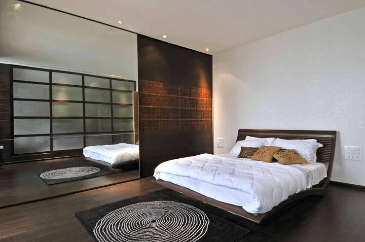 Ozone Penthouse: modern Bedroom by SM Studio