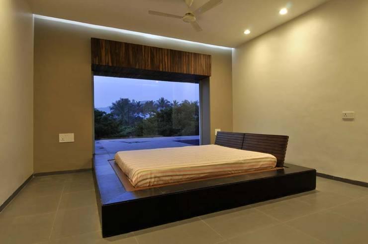 Dahanu Farmhouse:  Bedroom by SM Studio