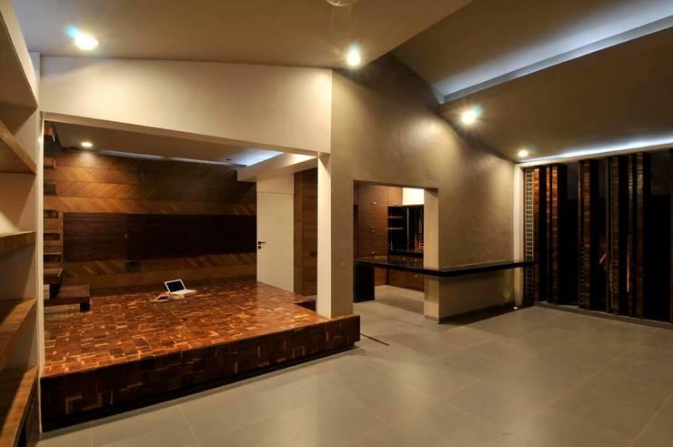 Dahanu Farmhouse:  Living room by SM Studio