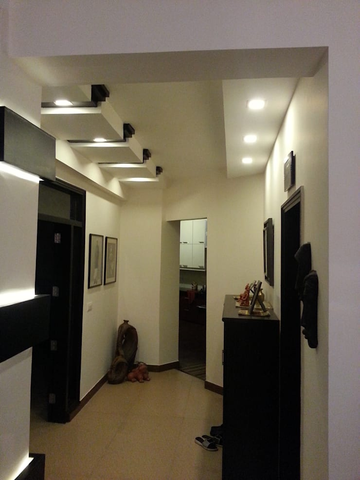 Residential Interiors:  Corridor & hallway by Radian Design & Contracts,
