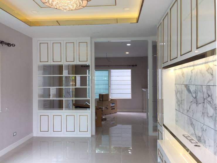 งานก่อสร้างตกแต่งภายใน:  ห้องนั่งเล่น by pyh's interior design studio
