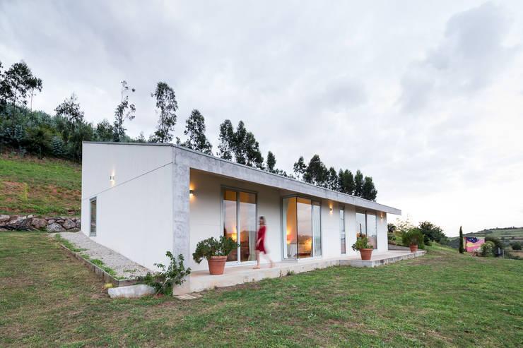 Casas campestres de estilo  por Adriana Martínez