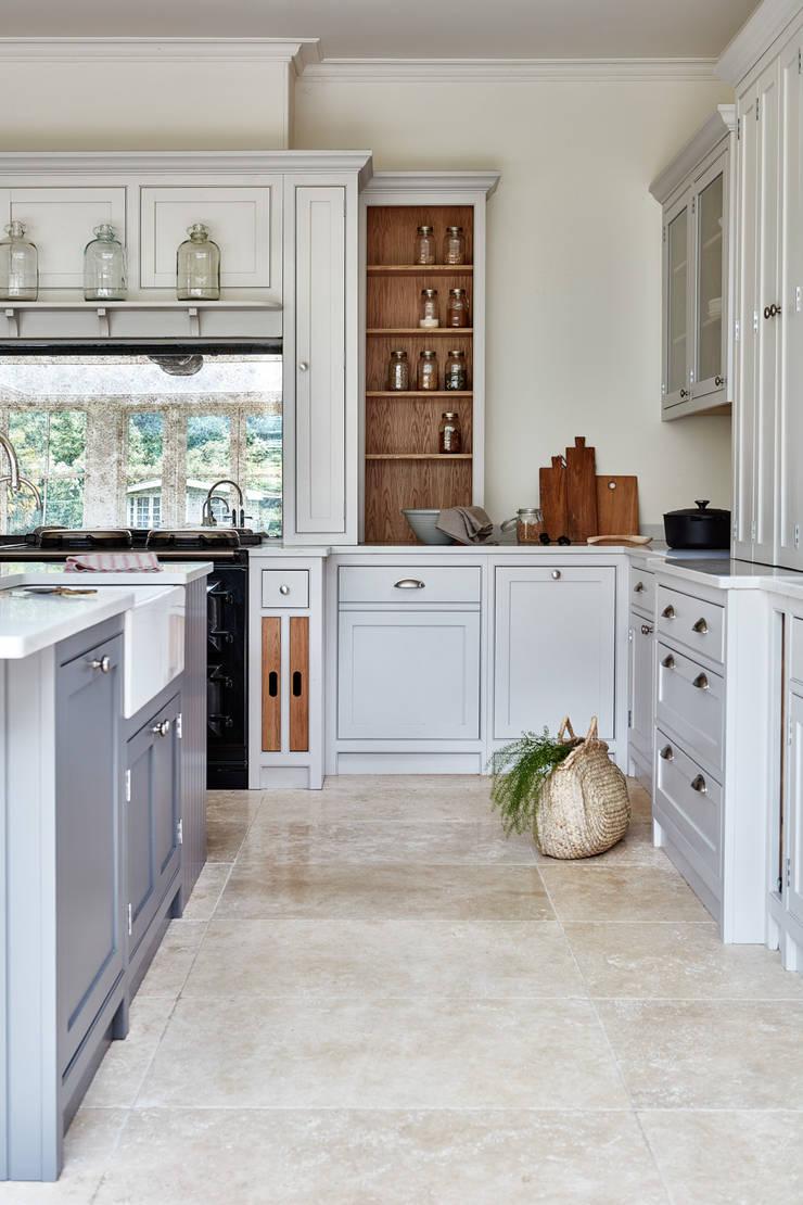 Norfolk Vicarage Landhaus Küchen von NAKED Kitchens Landhaus Holz Holznachbildung