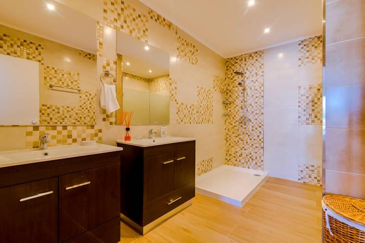 Luxuoso Apartamento na Marina Vilamoura – Luxury Apartment in Vilamoura Marina: Casas de banho  por Ivo Santos Multimédia,