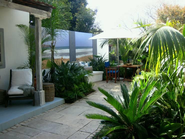 contemporary rustic coastal courtyard:  Garden by Young Landscape Design Studio, Rustic