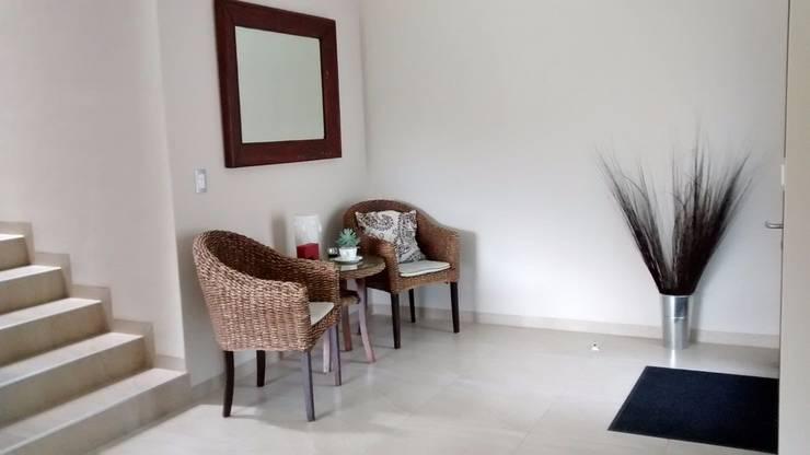 RECIBIDOR: Pasillos y recibidores de estilo  por URBANZA