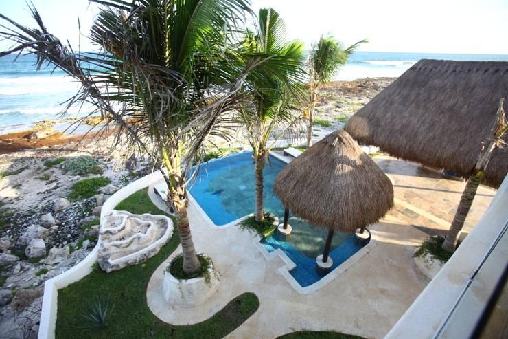 Villa Coquí Akumal: Albercas infinity de estilo  por DHI Arquitectos y Constructores de la Riviera Maya