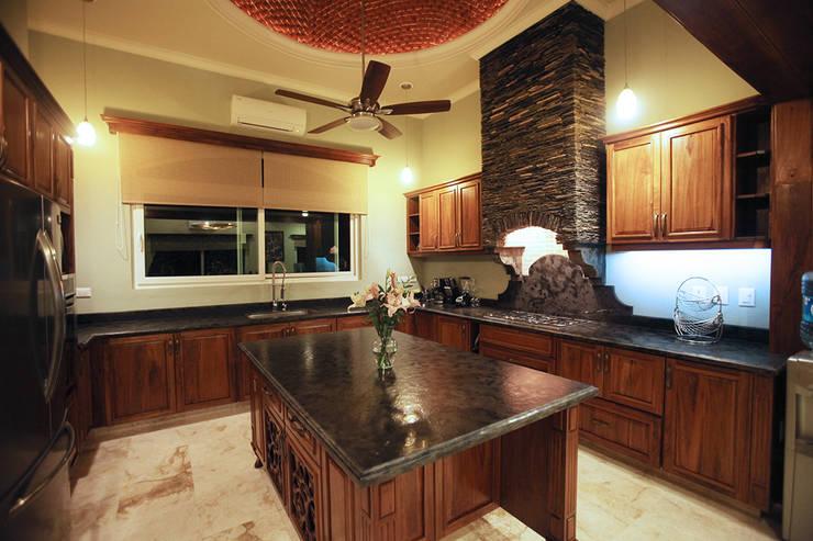 Villa Coquí Akumal: Cocinas equipadas de estilo  por DHI Arquitectos y Constructores de la Riviera Maya
