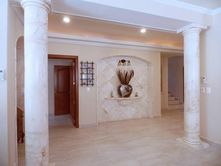 Detailes of marble in the corridor: Salas de estilo  por DHI Arquitectos y Constructores de la Riviera Maya