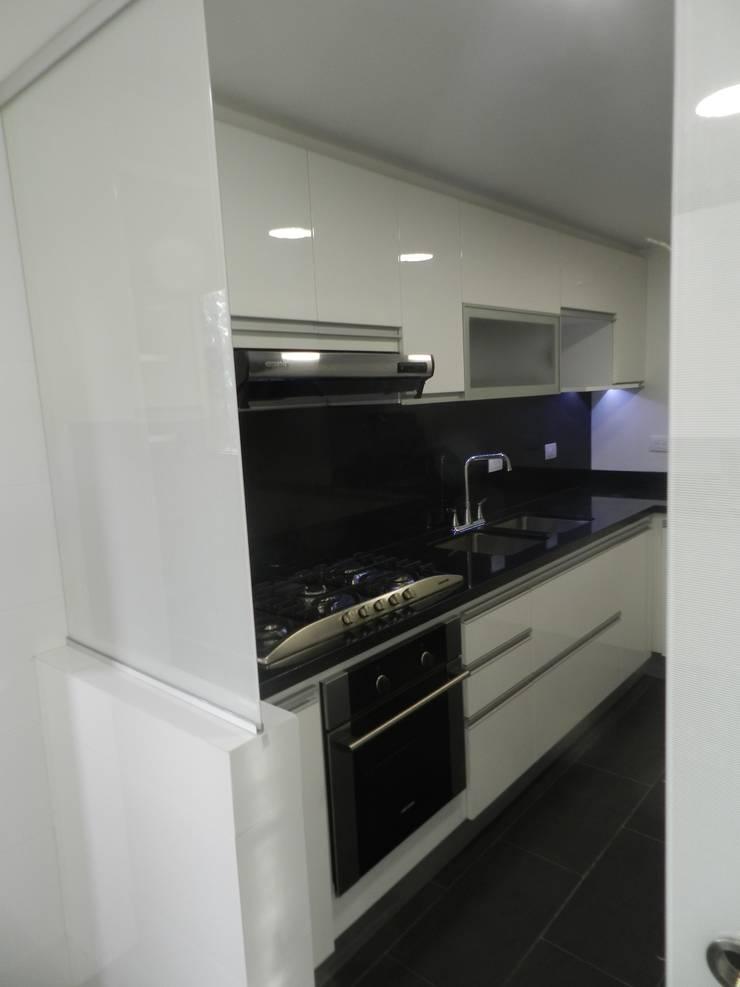 Remodelación Total Apartamento Bogotá: Cocinas de estilo  por Obras Son Amores