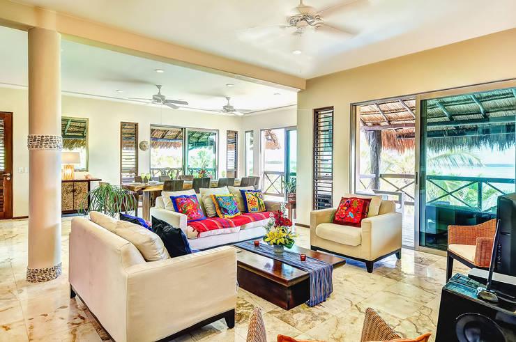 Luxury cabaña style bungalow: Salas de estilo  por DHI Arquitectos y Constructores de la Riviera Maya