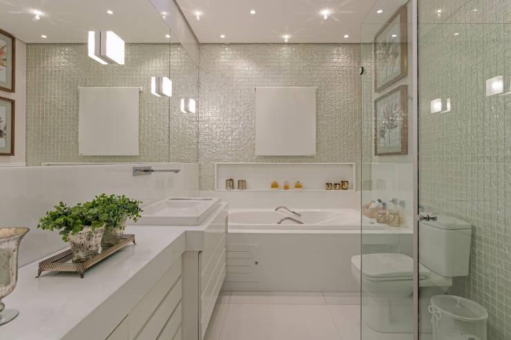 Bathroom by Charis Guernieri Arquitetura