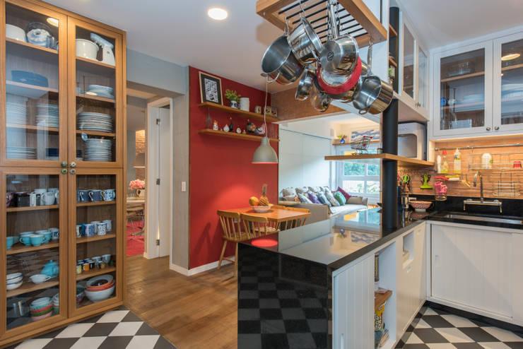 Apartamento Gávea: Cozinhas  por Espaço Tania Chueke