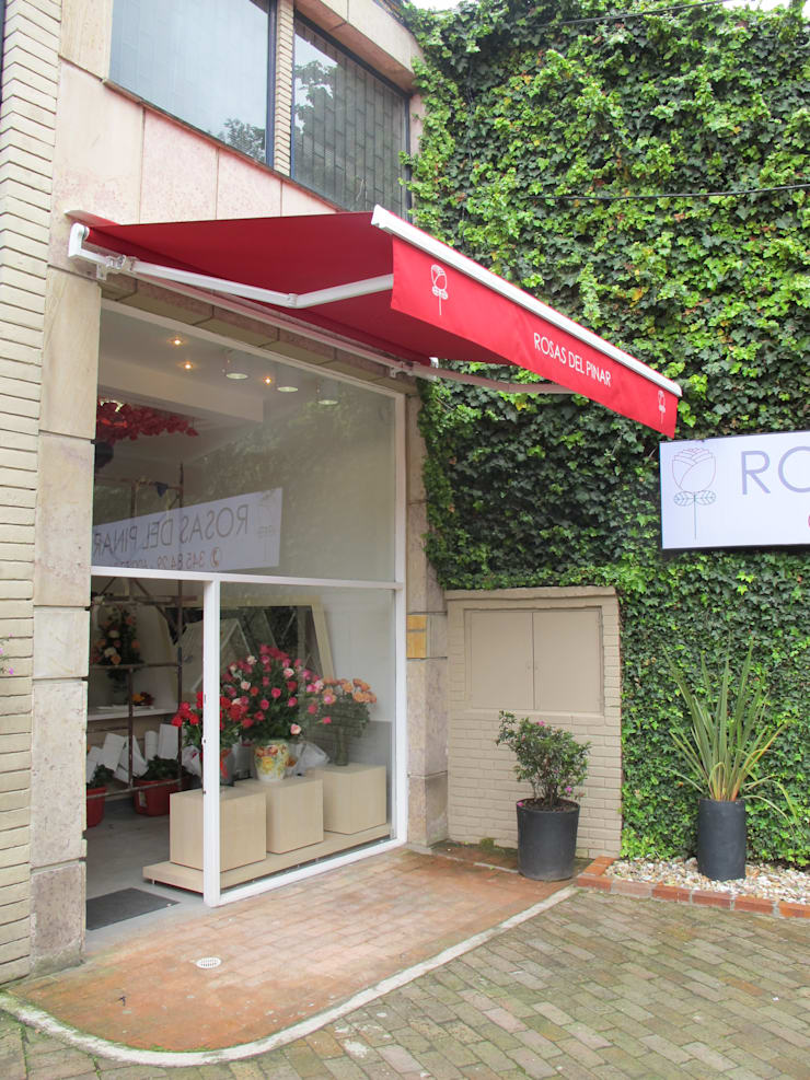 Fachada Tienda de Rosas: Oficinas y Tiendas de estilo  por Obras Son Amores, Moderno Contrachapado