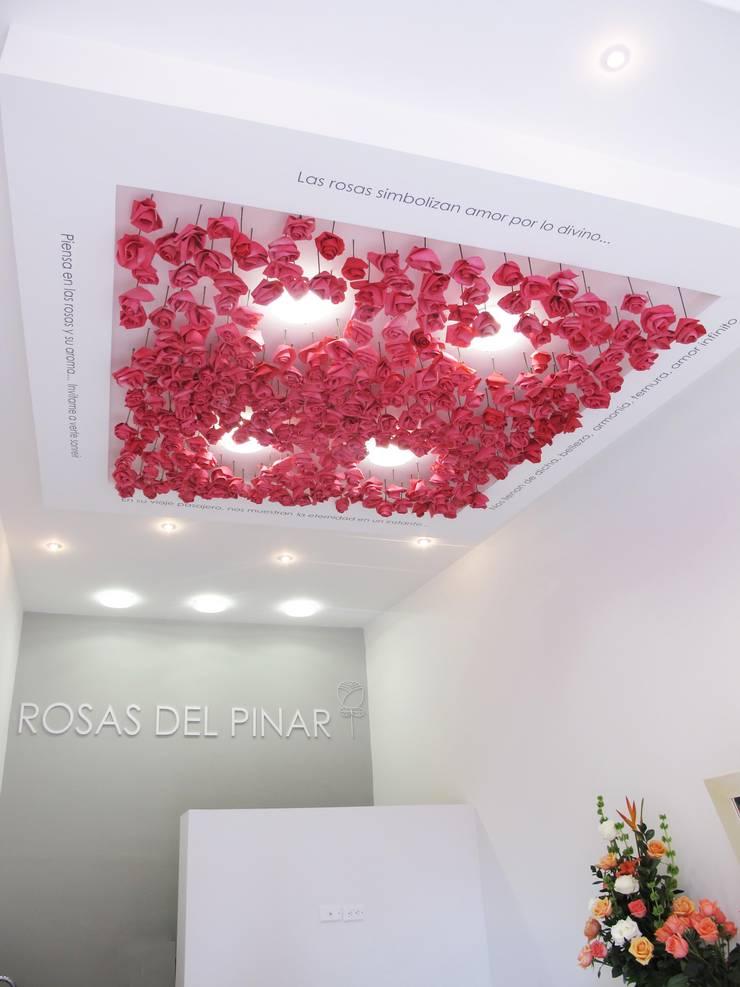 Volúmen desolgado en drywall y flores de origami con luz : Oficinas y Tiendas de estilo  por Obras Son Amores