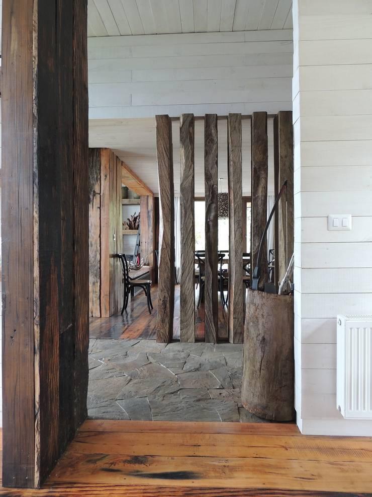 casa en Lago Calafquen Chile: Pasillos y hall de entrada de estilo  por David y Letelier Estudio de Arquitectura Ltda.