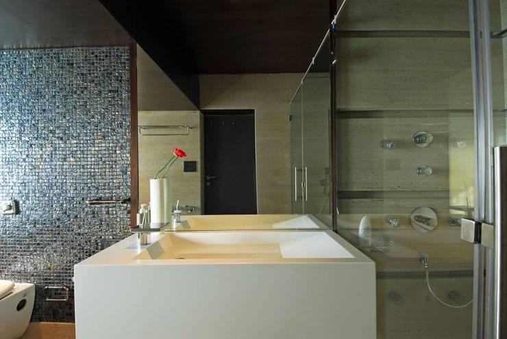 Bandra Residence:  Bathroom by SM Studio