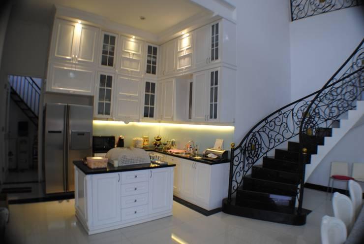 Rumah di Duren Sawit, jakarta:  Dapur by Anantawikrama Studio