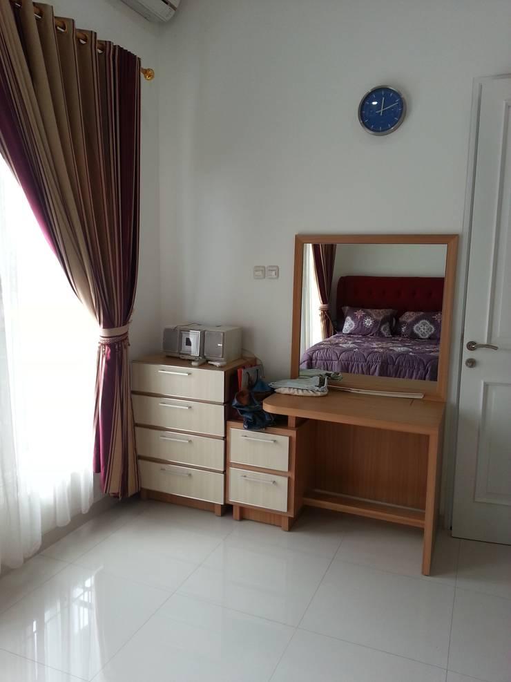 Rumah di Duren Sawit, jakarta:  Kamar Tidur by Anantawikrama Studio