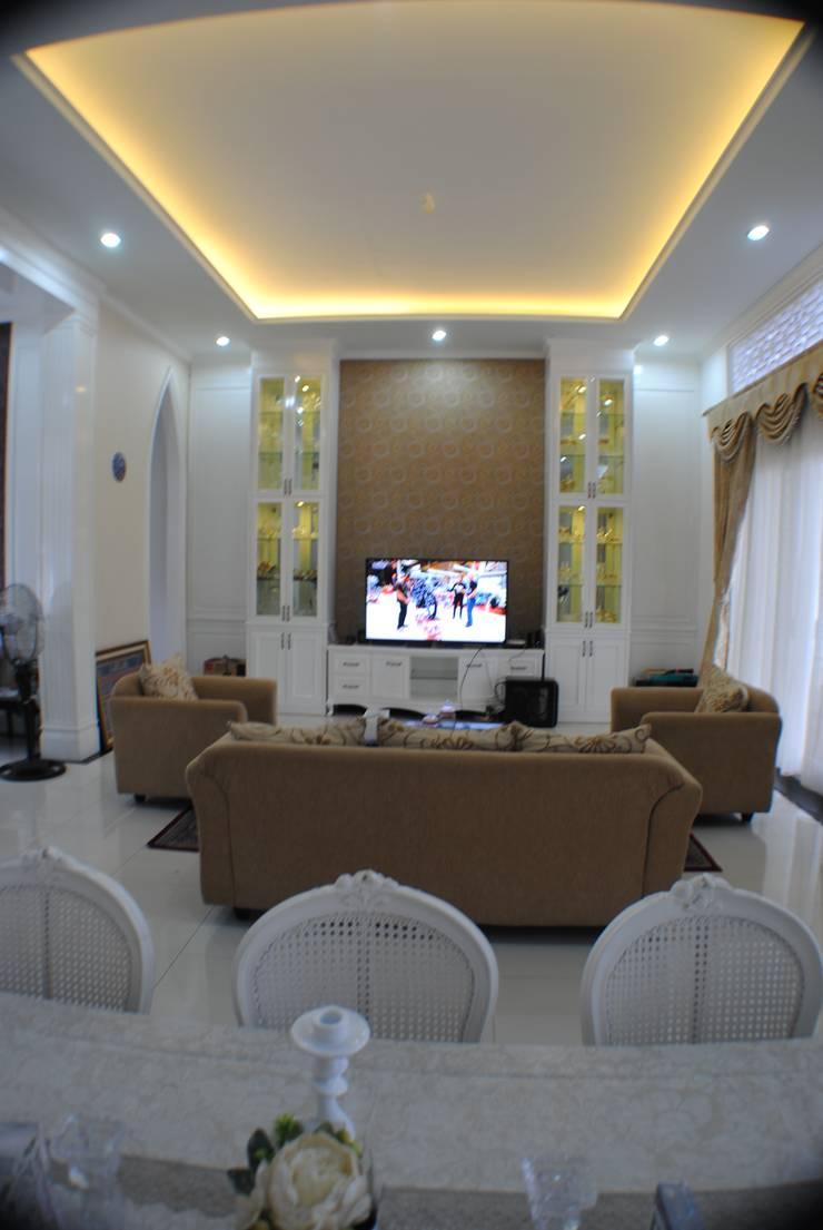 Rumah di Duren Sawit, jakarta:  Ruang Keluarga by Anantawikrama Studio