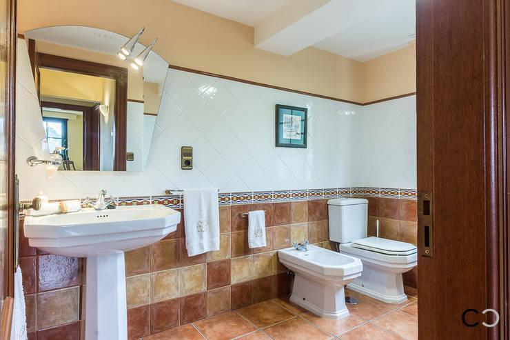 Banheiros  por CCVO Design and Staging