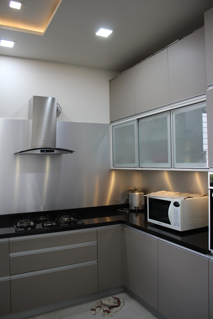 Bunglow Interiors at Warje, Pune:  Kitchen units by Finch Architects