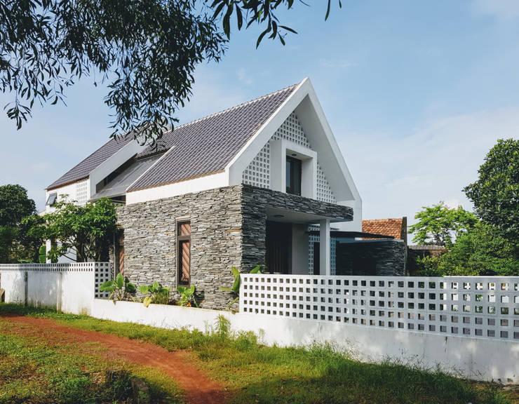 Rumah tinggal  by RÂU ARCH