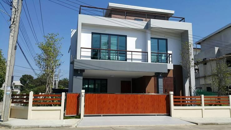บ้านเดี่ยว สไตล์โมเดิร์น:  บ้านเดี่ยว by บริษัท ถาวรเจริญทรัพย์ จำกัด