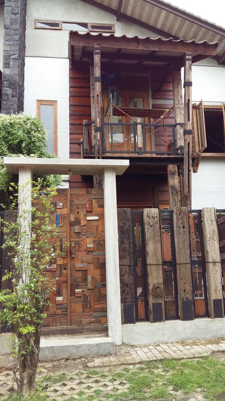 Puri Media House:  Rumah tinggal  by Ashari Architect