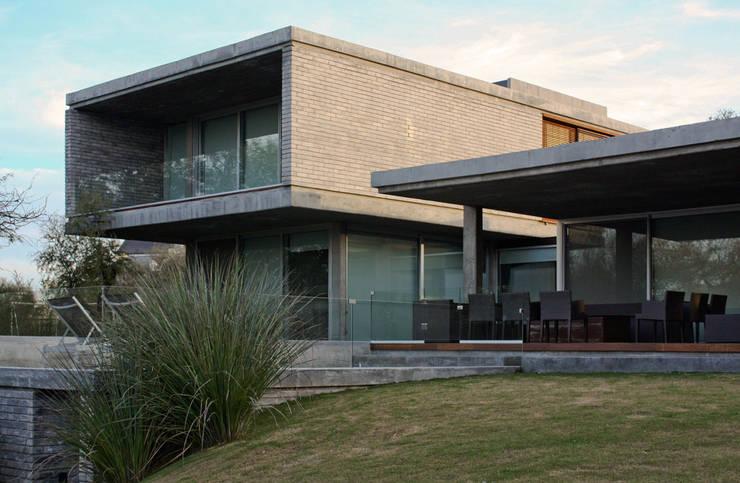Casa TM: Casas de estilo  por BLTARQ  Barrera-Lozada