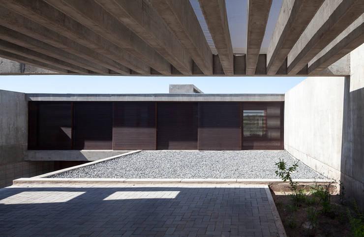 Casa LK: Casas de estilo  por BLTARQ  Barrera-Lozada