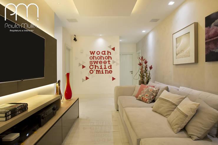 Apartamento JF  Barra da Tijuca Rio de Janeiro: Salas multimídia  por Paula Müller Arquitetura e Design de Interiores