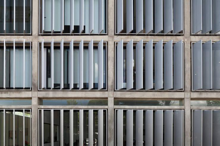Oficinas T3: Oficinas y Tiendas de estilo  por BLTARQ  Barrera-Lozada,
