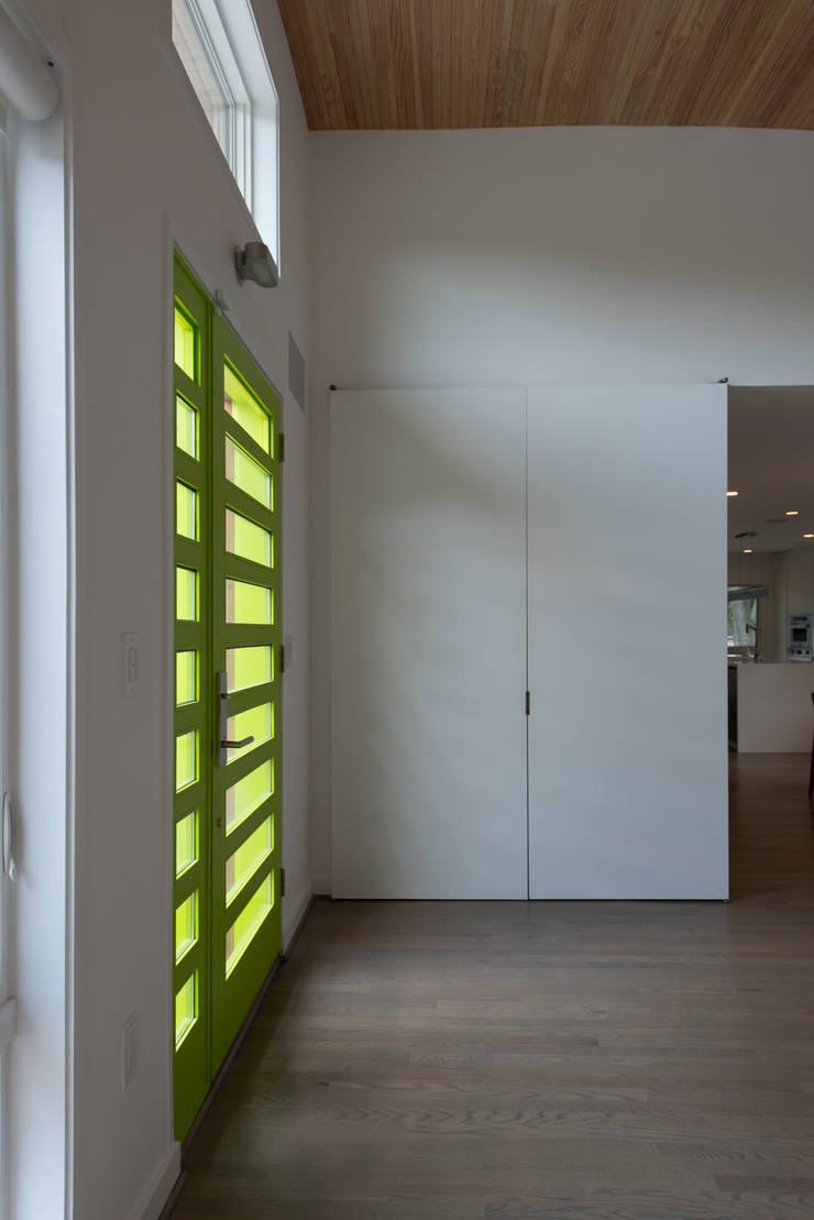 Courtyard House:  Corridor & hallway by ARCHI-TEXTUAL, PLLC