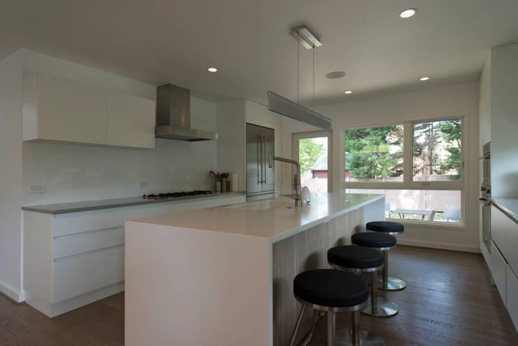 Courtyard House: modern Kitchen by ARCHI-TEXTUAL, PLLC