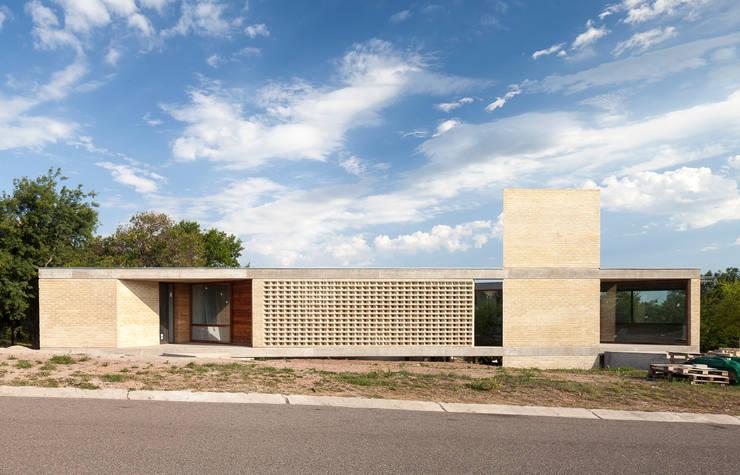 Casa AS: Casas de estilo moderno por BLTARQ  Barrera-Lozada
