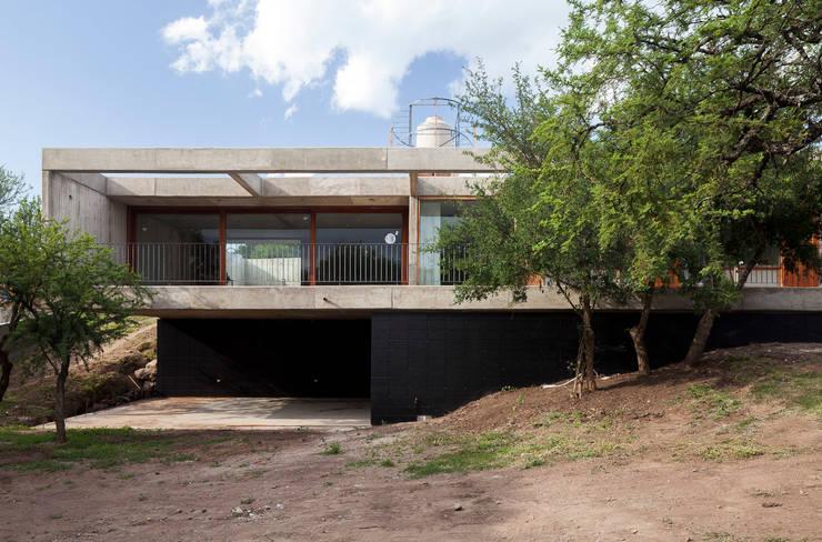 Casa LA: Casas de estilo  por BLTARQ  Barrera-Lozada