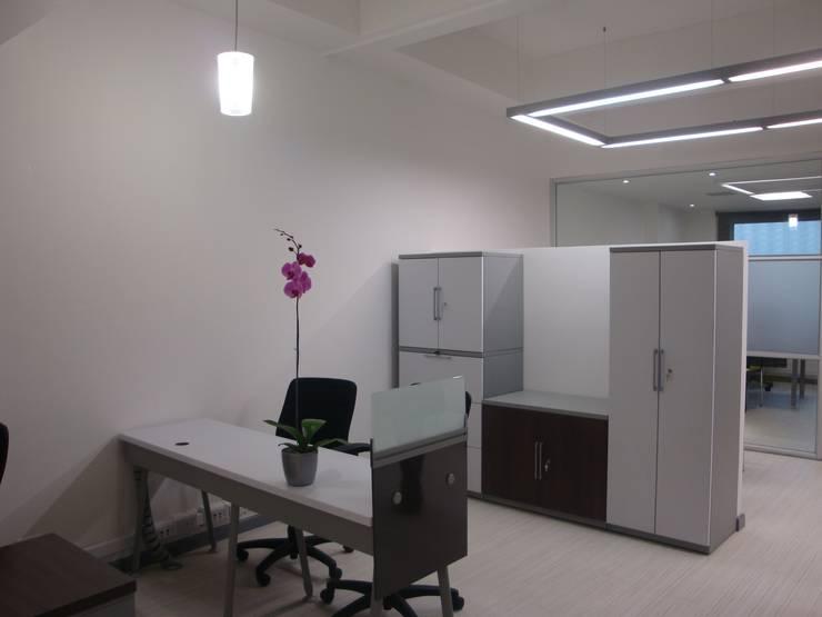 Oficina abierta con muebles de apoyo: Edificios de oficinas de estilo  por Obras Son Amores
