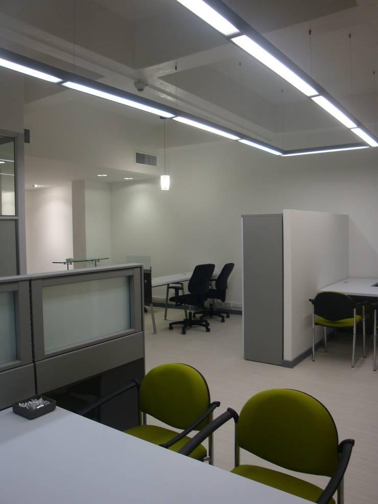 Area oficinas abiertas: Oficinas y Tiendas de estilo  por Obras Son Amores
