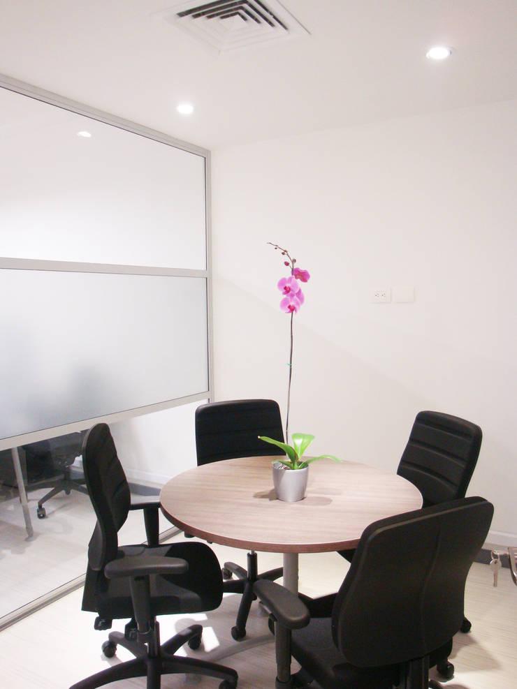 Sala de Juntas 1: Edificios de oficinas de estilo  por Obras Son Amores