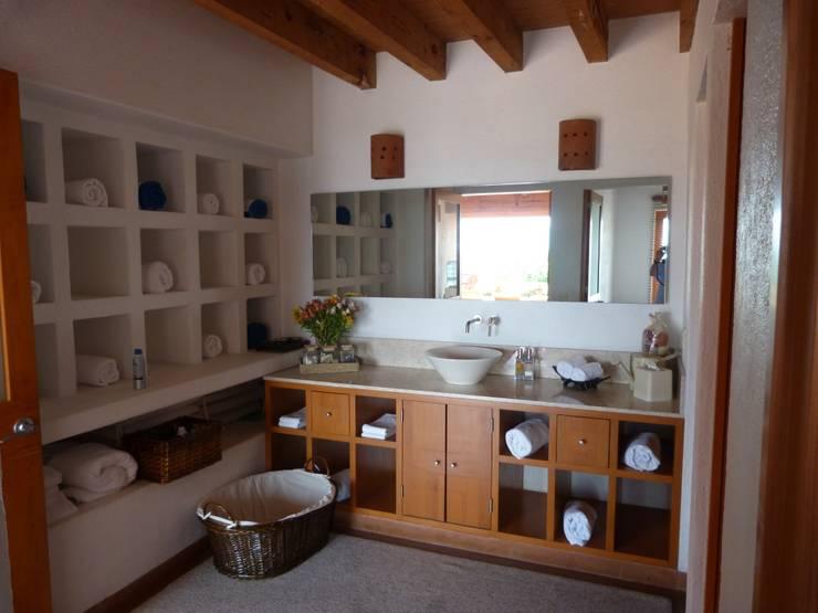Casa PT-A: Baños de estilo  por VÁZQUEZ DEL MERCADO - ARQUITECTURA