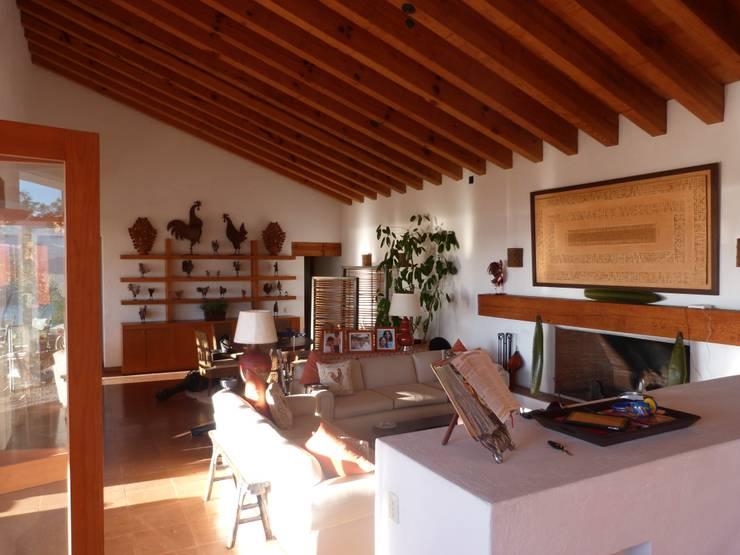 Casa PT-A: Salas de estilo minimalista por VÁZQUEZ DEL MERCADO - ARQUITECTURA