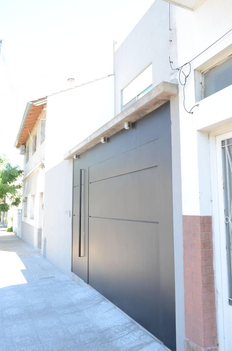 Fachada. Vista portón acceso a garage.: Casas unifamiliares de estilo  por NG Estudio
